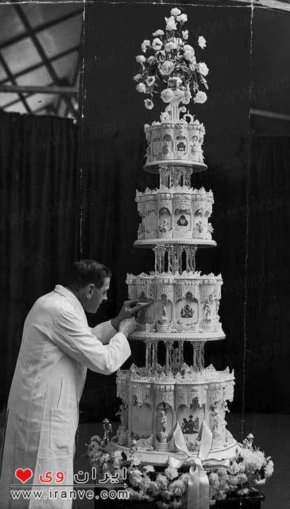 عکس برش کیک توسط شاهزاده فیلیپ