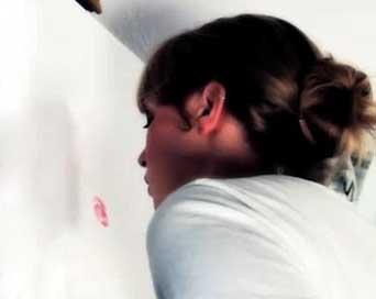 این دختر جوان با رژ و لب هایش نقاشی می کشد