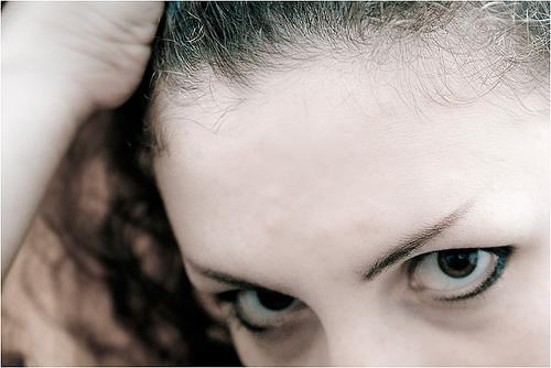 مهمترین علت و دلیل ریزش ابرو در خانم ها و راههای درمان آن