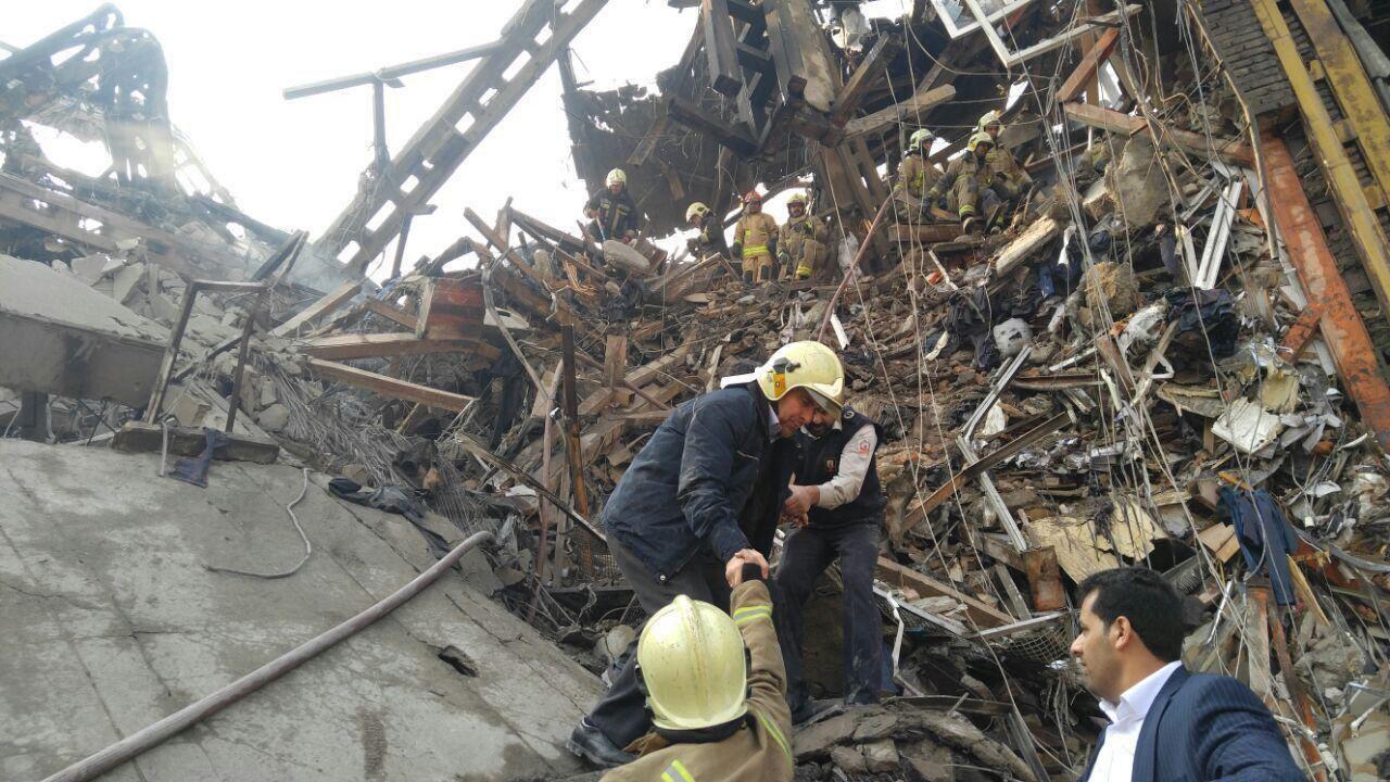 ساختمان پلاسکو فروریخت (+عکس و فیلم ) / 50 آتش نشان کشته شدند / 50 تا 100 نفر زیر آوار ماندند/ اعزام نیروی زمینی به محل حادثه / پیامک محبوس شدگان از زیر آوار