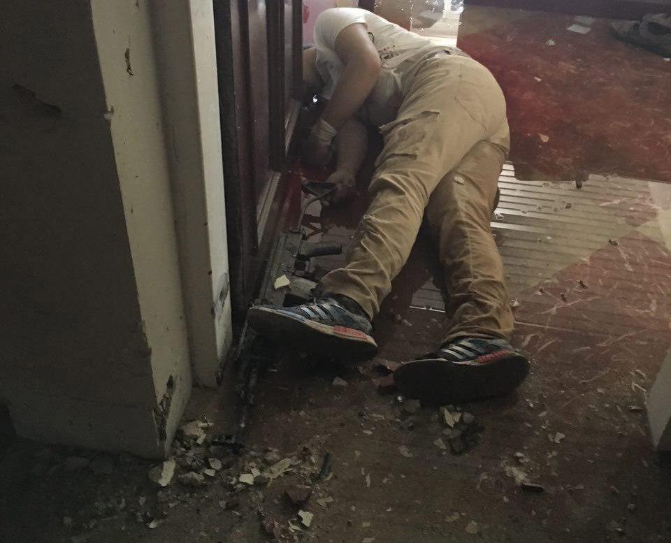 تصاویری از پاکسازی ساختمان مجلس توسط نیروهای حفاظتی