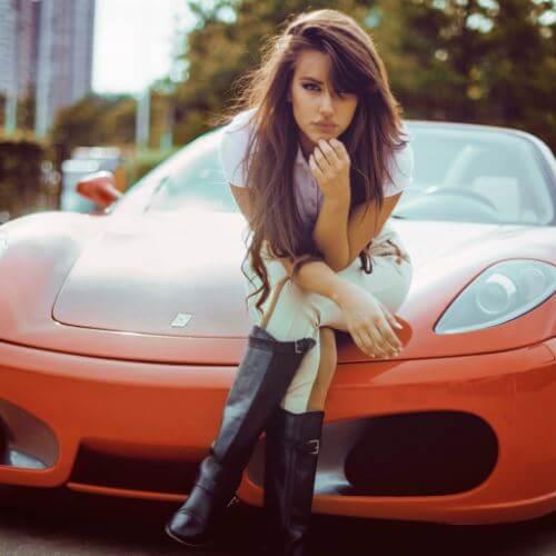 عکس پروفایل دخترونه نشستن دختر روی ماشین قرمز با موهای بلند