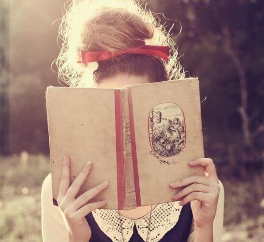 عکس پروفایل دخترونه رومانتیک در حال خواندن کتاب