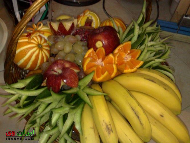 تزیین میوه شب یلدا با موز و پرتقال و خرمالو