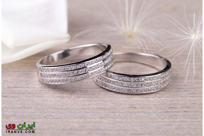 حلقه ازدواج با سه ردیف نگین برلیان و نقره ای رنگ