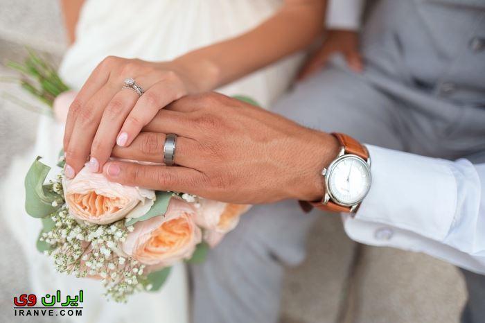 حلقه ازدواج در دست و دست عروس و داماد روی هم روی دسته گل برای عکس پروفایل گوشی