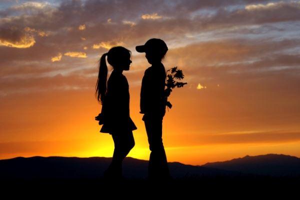 عکس پروفایل عاشقانه بچگونه دادن دسته گل به دختر بچه