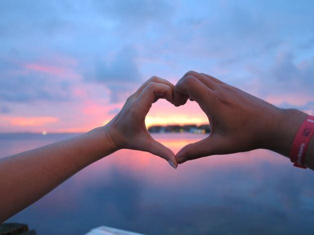 عکس پروفایل عاشقانه دست به شکل قلب