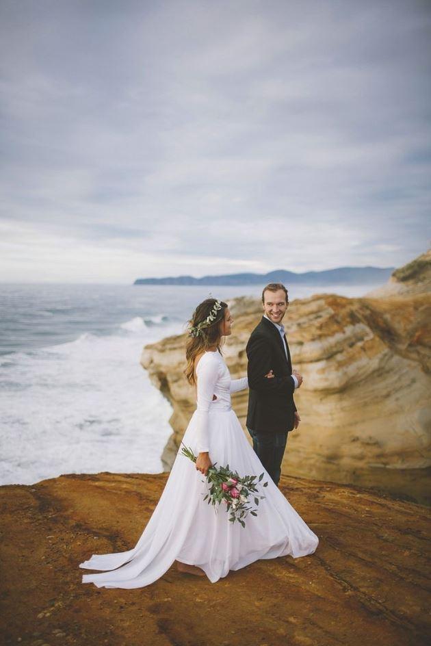 عکس پروفایل عاشقانه نامزدی و ازدواج عروس داماد کنار ساحل با دسته گل