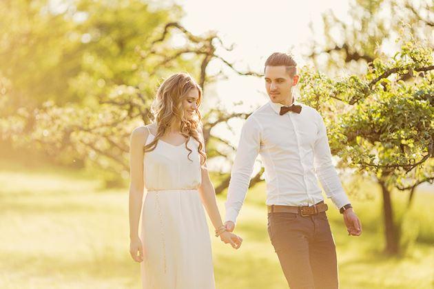 پروفایل عاشقانه لاکچری نامزدی عروسی قدم زدن در باغ