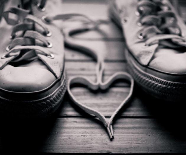 پروفایل عاشقانه با بند کفش به شکل قلب