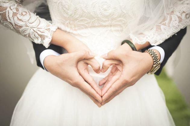عکس پروفایل عاشقانه عروس و دماد دست به شکل قلب
