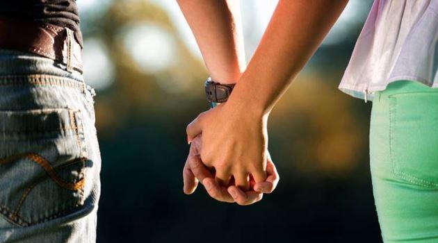 عکس پروفایل عاشقانه دختر و پسر ایستاده دست تو دست