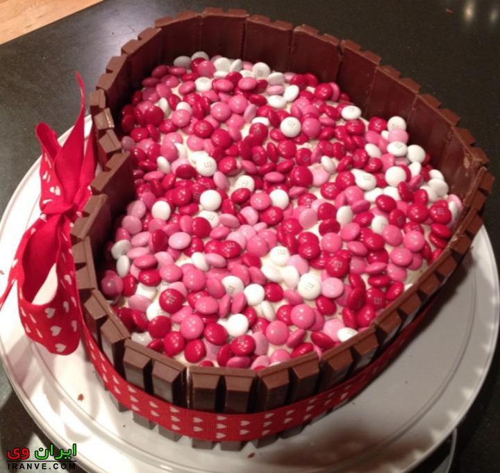 عکس کیک ولنتاین تزیین با اسمارتیز و شکلات کاکائو