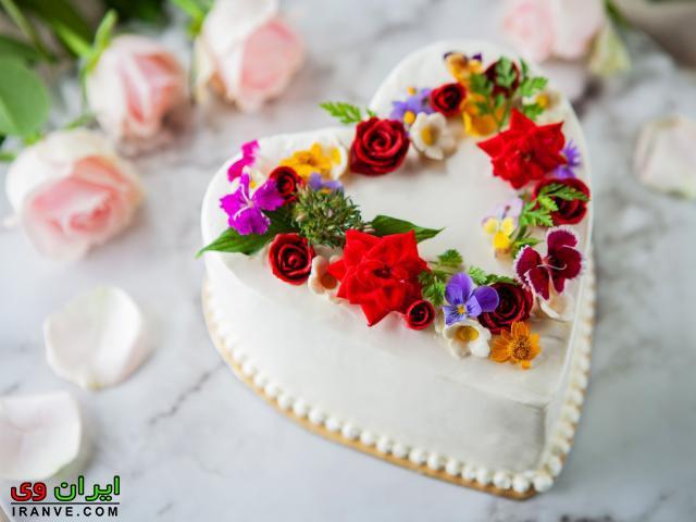 عکس کیک ولنتاین تزیین با گل رنگارنگ