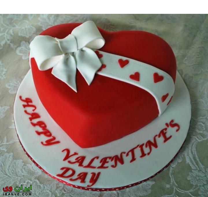 عکس کیک ولنتاین به شکل قلب با ربان سفید پاپیون شده