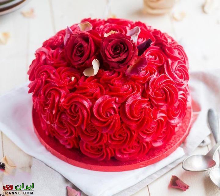 عکس کیک ولنتاین تزیین شده با گل رز قرمز