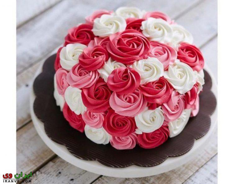عکس کیک ولنتاین با گل رز سفید قرمز