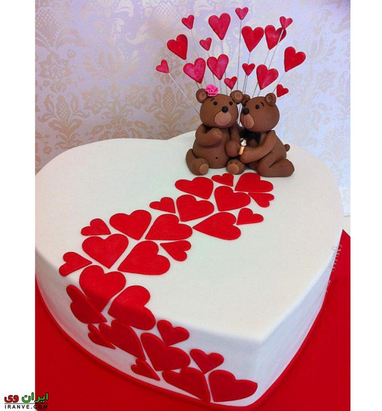 عکس کیک ولنتاین سفید با قلب های کوچک روی آن با خرس