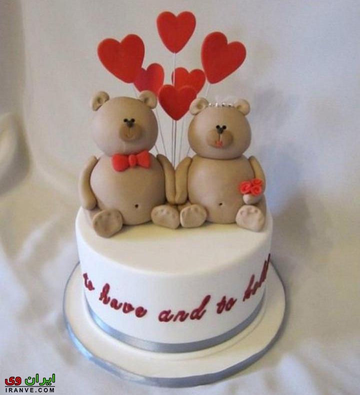 عکس کیک ولنتاین تزیین شده با خرس عاشقانه سفید