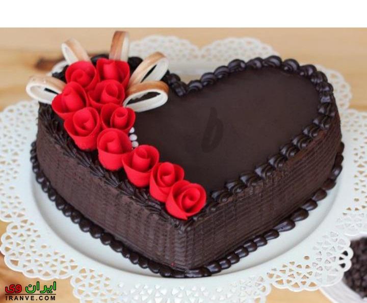 عکس کیک ولنتاین شکلاتی با تزیین گل به شکل قلب