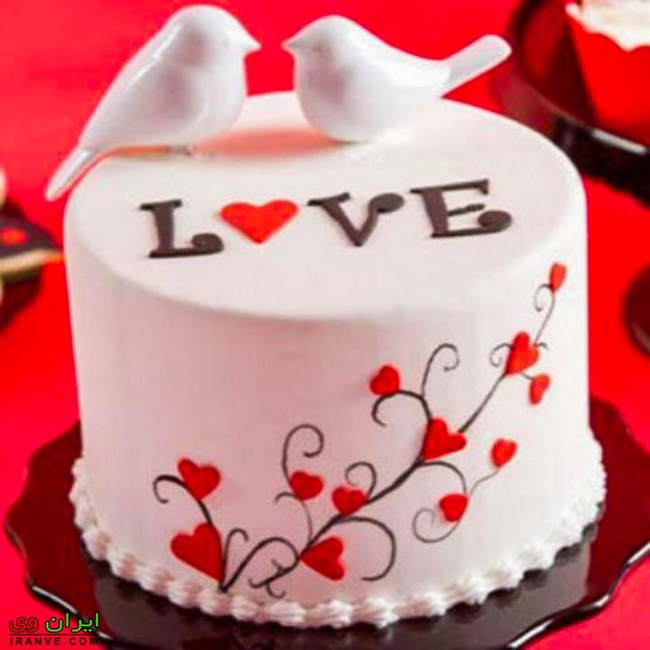 عکس کیک ولنتاین سفید گرد عاشقانه با دو پرنده