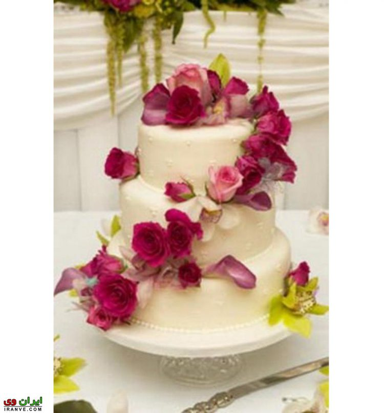 عکس کیک ولنتاین 3 طبقه سفید با گل رز
