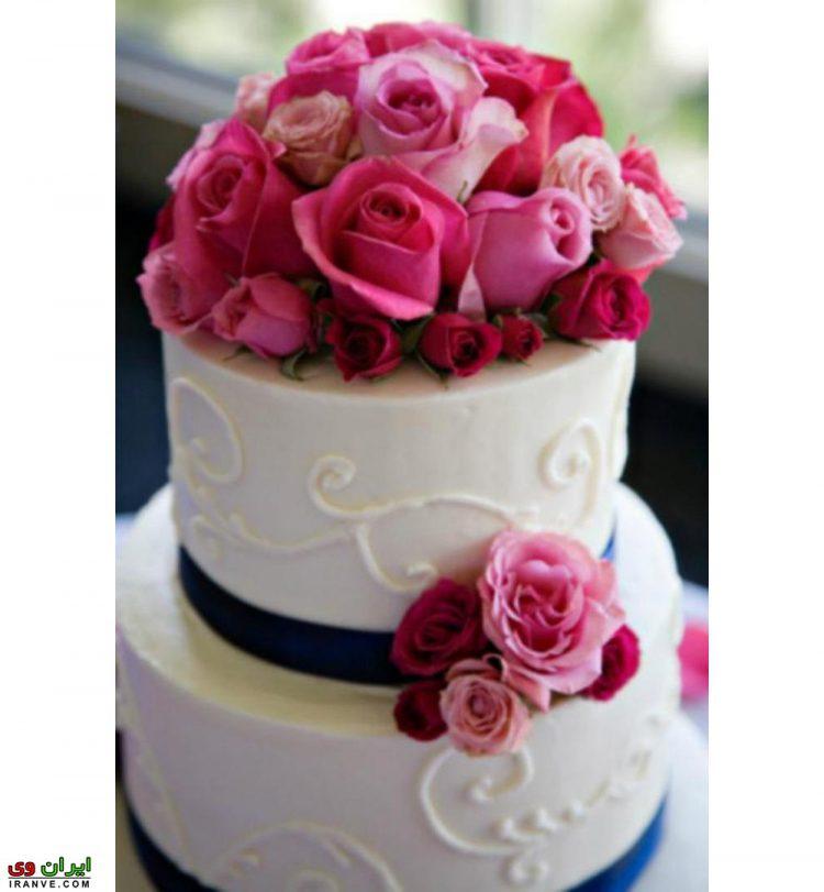 عکس کیک ولنتاین سفید با گل رز صورتی
