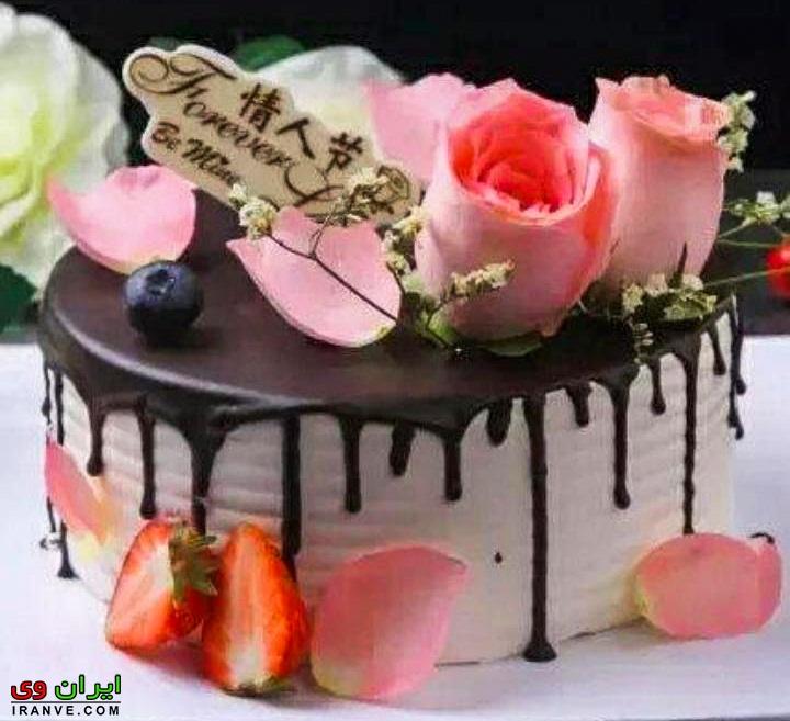 عکس کیک ولنتاین سفید لایه شکلاتی با تزیین