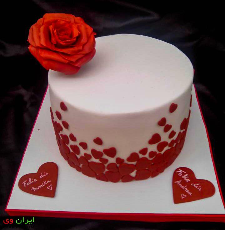 عکس کیک ولنتاین گرد سفید ساده با تزیین گل رز