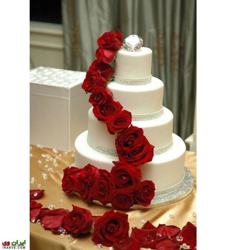 عکس کیک ولنتاین چند طبقه با گل رز