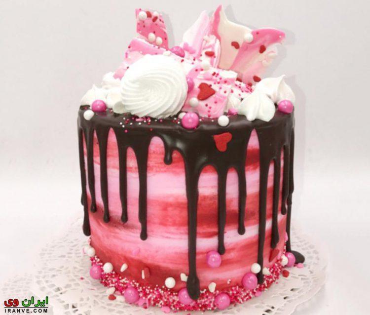 عکس کیک ولنتاین دونفره کوچک شکلاتی صورتی تزیین شده