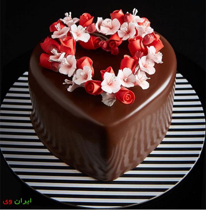 عکس کیک ولنتاین با روکش شکلاتی تزیین گل