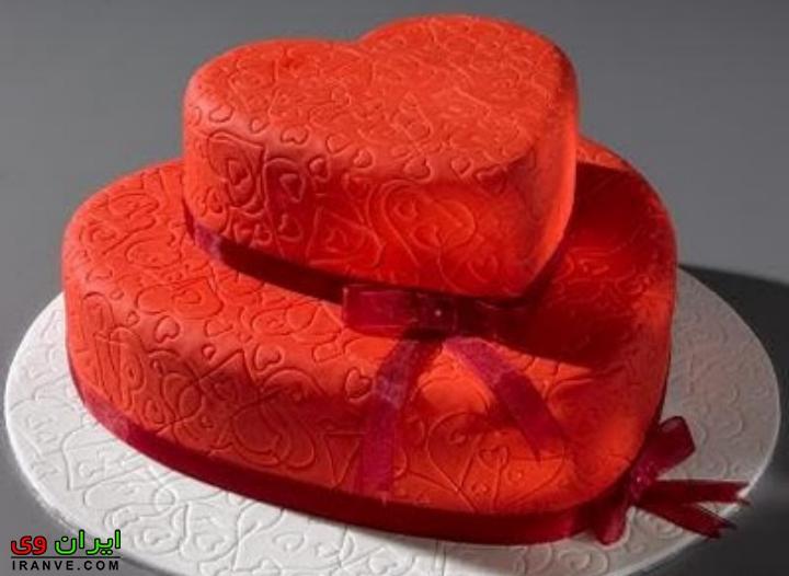 عکس کیک ولنتاین دو طبقه کوچک به شکل قلب قرمز