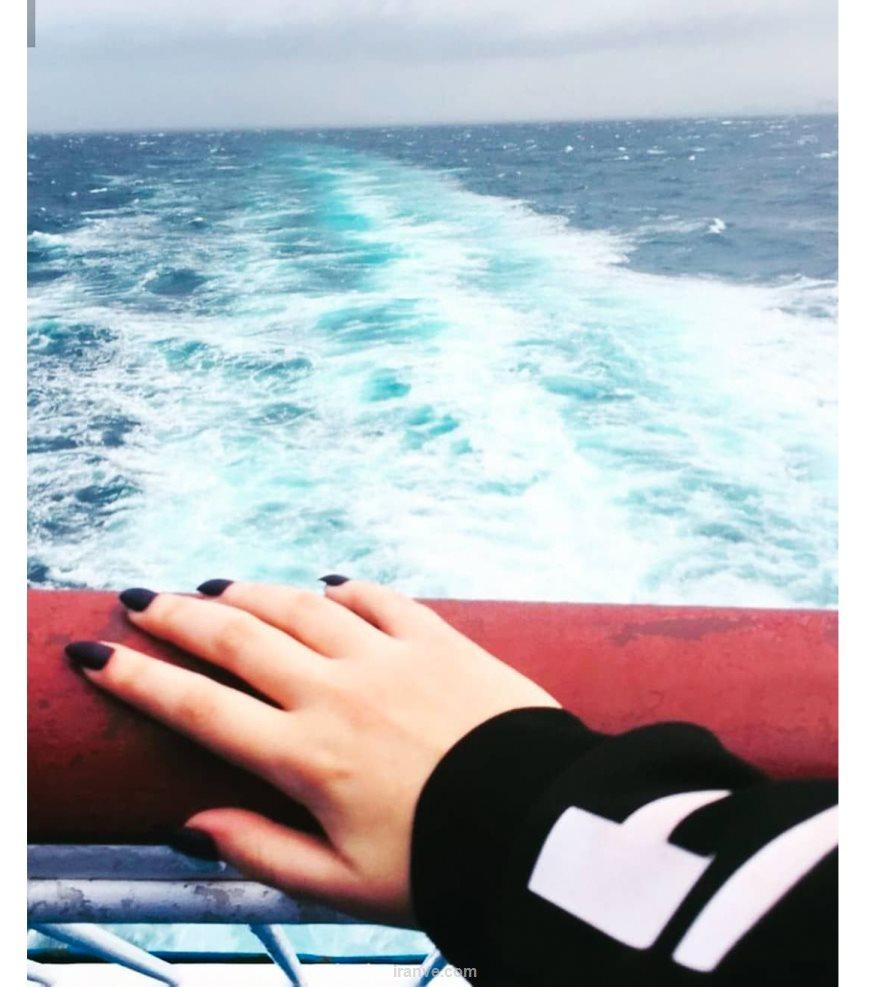 پروفایل دخترونه دختری که روی کشتی یا قایق سوار شده و لاک مشکی زده