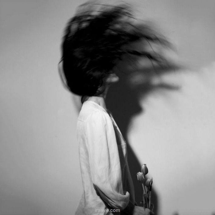 عکس دخترونه سیاه سفید عاشقانه شکست عشقی در حال چرخاندن مو ها