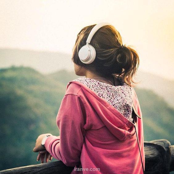 عکس دخترونه گوش دادن موزیک در طبیعت