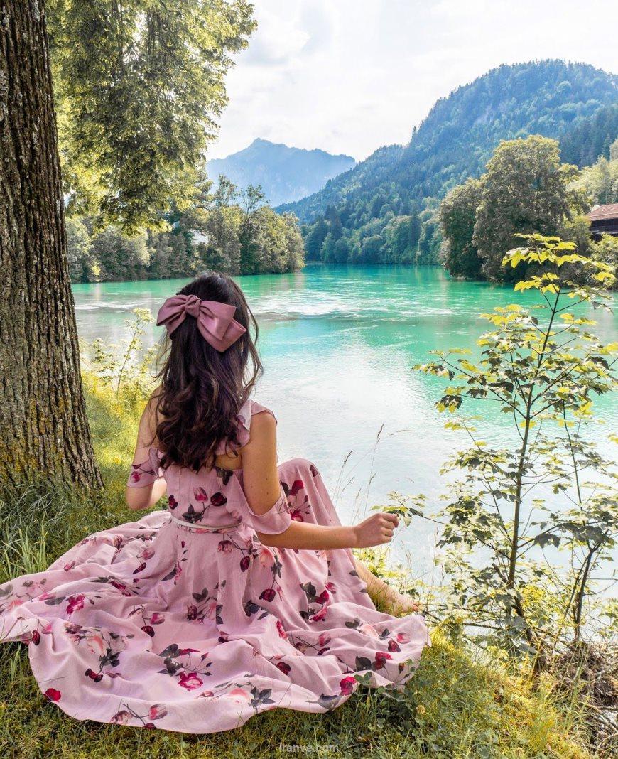 عکس دخترونه با لباس بلند صورتی کنار دریاچه زیبا
