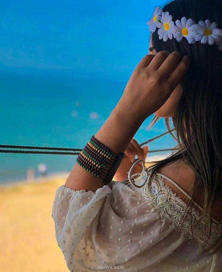 عکس دخترونه گل روی سر کنار ساحل