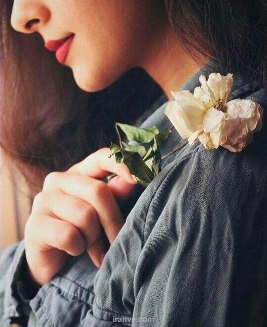 عکس پروفایل دخترونه با شاخه گل سفید در دست