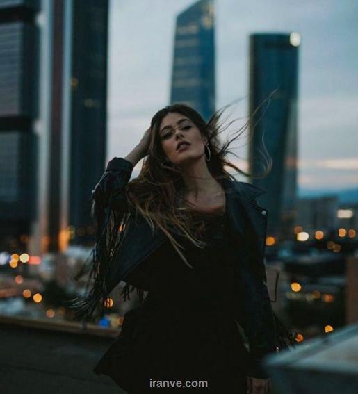 عکس پروفایل دخترونه عاشقانه دختری که روی پشت بام و باد زده زیر موهاش