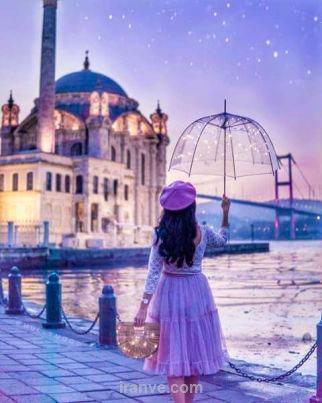 عکس نوشته دختر در پیاده رو کنار آب زیر آسمان شب