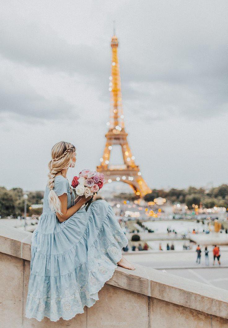 عکس پروفایل دخترونه عاشقانه با دسته گل در کنار برج ایفل پاریس