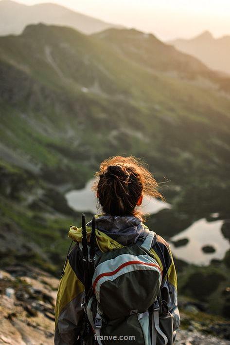 عکس دختر کوهنورد در دل کوه