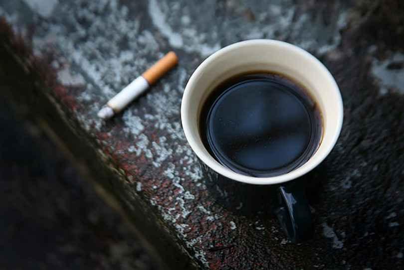 عکس سیگار سیاه و سفید , عکس سیگار مگنا , عکس غمگین پسر با سیگار بدون متن